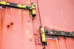 Puerta oxidada con las bisagras Imagen de archivo