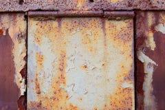 Puerta oxidada con las bisagras Imagen de archivo libre de regalías
