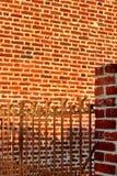 Puerta oxidada de la pared de ladrillo del patio de escuela del confinamiento fotos de archivo libres de regalías