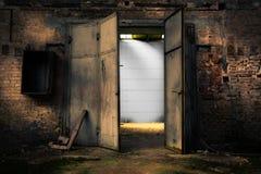 Puerta oxidada del metal en un almacén abandonado imagen de archivo libre de regalías