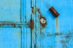 Puerta oxidada vieja del metal pintada azul Fotografía de archivo