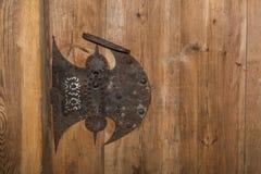 Puerta oxidada vieja del tirador y de madera Fotografía de archivo