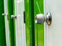 Puerta pública verde del lavabo Foto de archivo