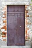 Puerta púrpura en una calle en Italia Fotografía de archivo libre de regalías