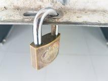 Puerta padlocked de la llave de viejo maestro Foto de archivo libre de regalías