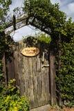Puerta para afilar la cabaña de la visión en Cheshire Countryside cerca del borde de Alderley Foto de archivo