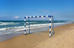 Puerta para el fútbol de la playa en el fondo del mar fotos de archivo libres de regalías