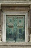 Puerta pesada, verde en Roma Fotos de archivo libres de regalías