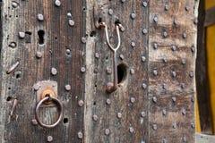 Puerta pesadamente tachonada del roble en la entrada al castillo Fotografía de archivo