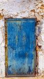 Puerta pintada azul del metal con el estampado de plores perforado Oxidado, stai fotografía de archivo