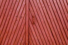 Puerta pintada de madera del viejo vintage rojo foto de archivo libre de regalías