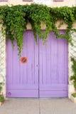 Puerta pintada rosa del garaje imagen de archivo libre de regalías