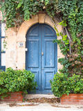Puerta pintoresca de un hogar Fotos de archivo
