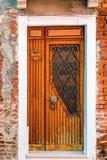 Puerta pintoresca en la pared de ladrillo Fotos de archivo