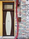 Puerta principal al lado de una pared de ladrillo colorida Imagen de archivo