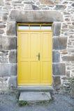 Puerta principal amarilla Fotos de archivo libres de regalías