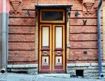 Puerta principal antigua de un edificio viejo Imágenes de archivo libres de regalías