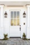 Puerta principal blanca al hogar clásico Imagen de archivo libre de regalías
