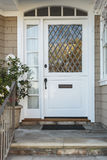 Puerta principal blanca del hogar beige exclusivo Fotografía de archivo