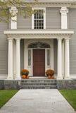 Puerta principal con el pórche de entrada y los pilares Imagenes de archivo