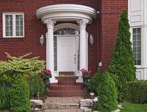 Puerta principal con el pórtico Fotografía de archivo libre de regalías
