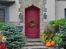 Puerta principal con las calabazas imagen de archivo