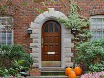 Puerta principal con las calabazas imagen de archivo libre de regalías
