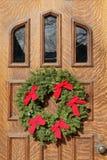 Puerta principal con las decoraciones de la Navidad Fotos de archivo
