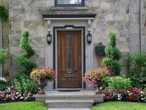 Puerta principal con las flores Fotos de archivo