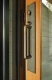 Puerta principal de cristal con la maneta del metal Imagen de archivo libre de regalías