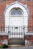 Puerta principal de la casa de ciudad Foto de archivo libre de regalías