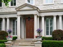 Puerta principal de la casa de piedra con la columna imagen de archivo libre de regalías