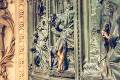Puerta principal de la catedral de Milán Fotos de archivo