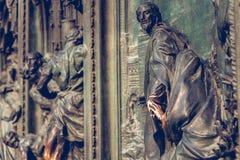 Puerta principal de la catedral de Milán Foto de archivo