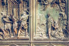 Puerta principal de la catedral de Milán Imágenes de archivo libres de regalías