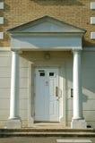 Puerta principal de la construcción de viviendas moderna Imágenes de archivo libres de regalías
