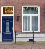 Puerta principal de la entrada de la casa urbana Imágenes de archivo libres de regalías