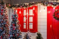 Puerta principal de la Navidad de un fondo de la casa de campo Wi adornados Foto de archivo
