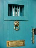 Puerta principal de la turquesa con el golpeador de la cabeza del león imagen de archivo