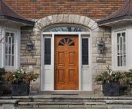 Puerta principal de madera Fotos de archivo