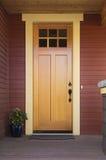 Puerta principal de madera de un hogar Fotos de archivo libres de regalías