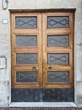 Puerta principal de madera decente con colocar de cristal Ala doble Foto de archivo