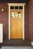 Puerta principal de madera ligera en un hogar Imágenes de archivo libres de regalías