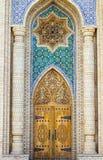 Puerta principal de madera sólida de lujo con una fachada adornada en estilo oriental imagenes de archivo