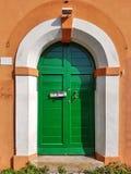 Puerta principal de madera verde mediterránea Imagenes de archivo