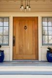 Puerta principal de un hogar exclusivo Foto de archivo libre de regalías
