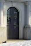 Puerta principal de un mausoleo imágenes de archivo libres de regalías
