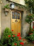 Puerta principal de una cabaña vieja Imágenes de archivo libres de regalías