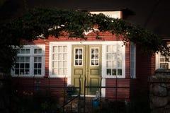 Puerta principal de una casa en la noche Foto de archivo libre de regalías