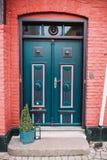 Puerta principal decorativa de una casa Imagen de archivo